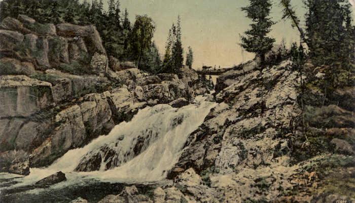 Мост через горный водопад на реке Арасан.