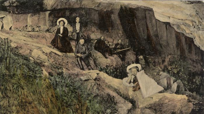 Дачники около пещеры в окрестностях села Черный Ануй по реке Каракол.
