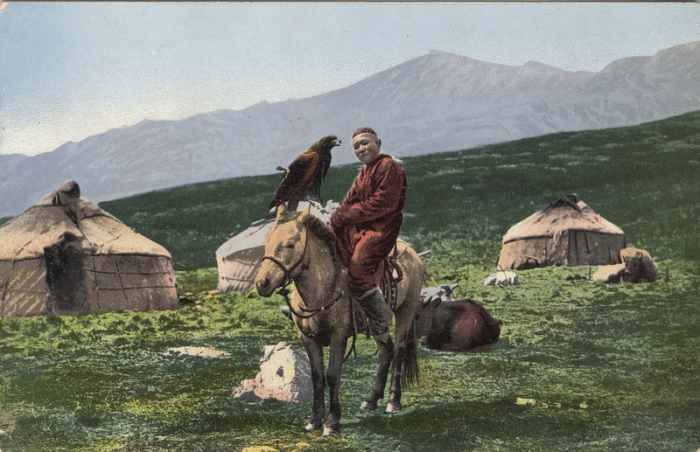 Юноша восседает на лошади с беркутом на руке.