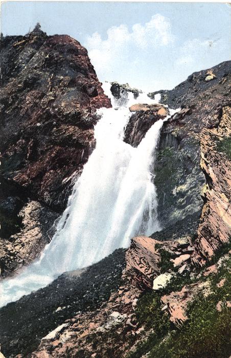 Водопад Россыпной кидает свои бурные потоки к  истокам реки Катунь.