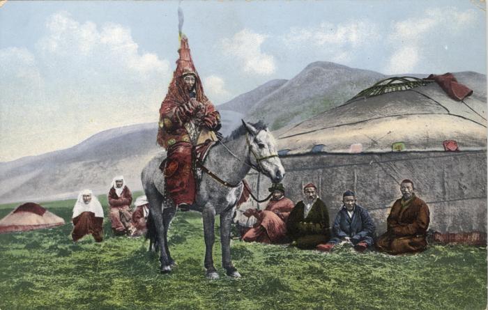 Женщина-казашка в свадебном наряде на лошади готова отправиться в новый дом.