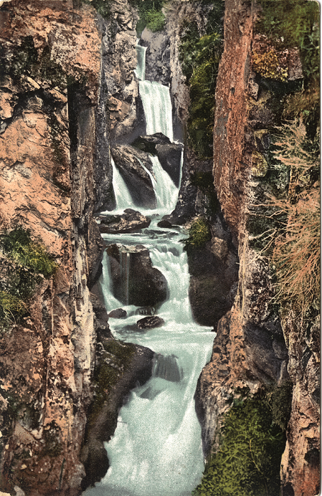 Каскадный водопад возле устья реки Бельтыр-Оек, левого притока реки Катунь.