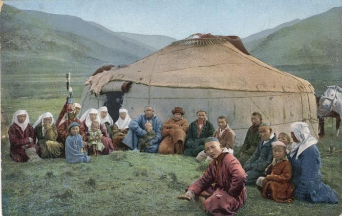 Группа казахов у юрты.