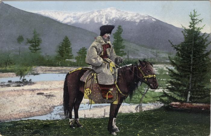 Мужчина восседает на лошади в куараан борук (головной убор) и тон (шуба из овчины).