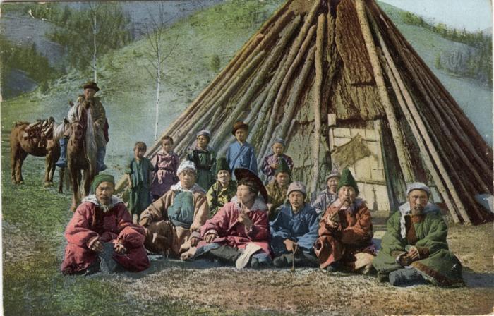 Группа алтайцев у жилища чаадыр, которое построено в долине Катуни.