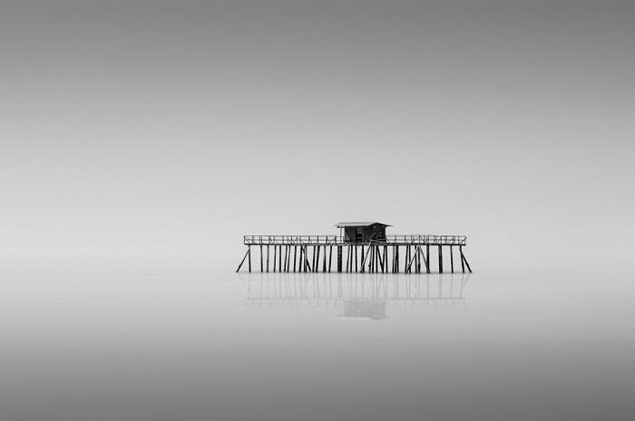Дом, построенный для рыбаков смотрится особняком посреди моря. (Порт Диксон, Негри-Сембилан, Малайзия, апрель 2014 года, Nikon D800E).