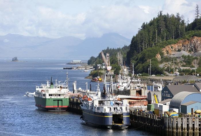На окраине города расположился торговый порт.