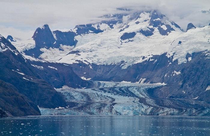 Ледник Джонса Хопкинса начинается на восточных склонах гор Литуя и Солсбери.