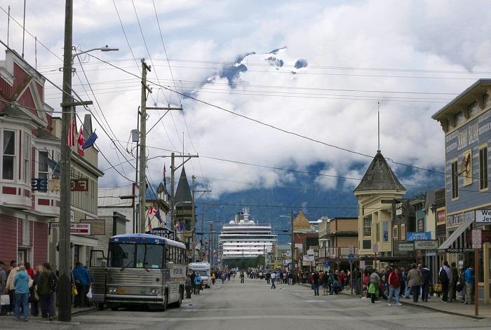 Экскурсия пассажиров по городу, сошедших с круизного корабля.