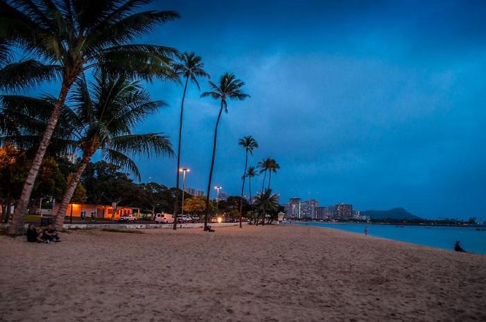 Ночной пляж Гонолулу.