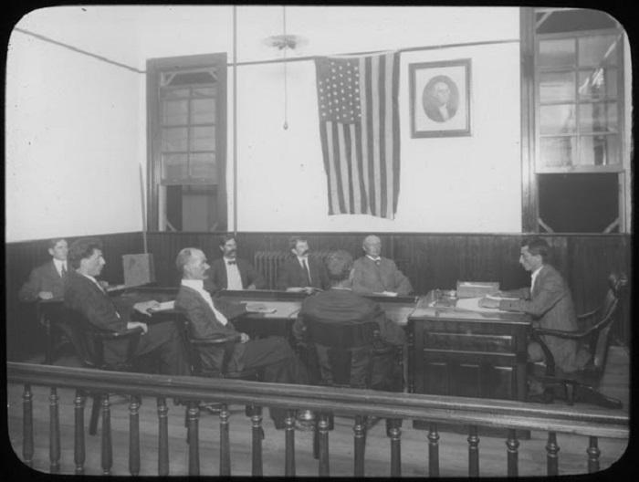 Заседание в мужском еврейском клубе.