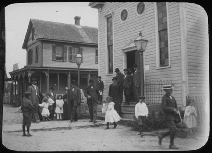 Евреи выходят из синагоги после молитвы.