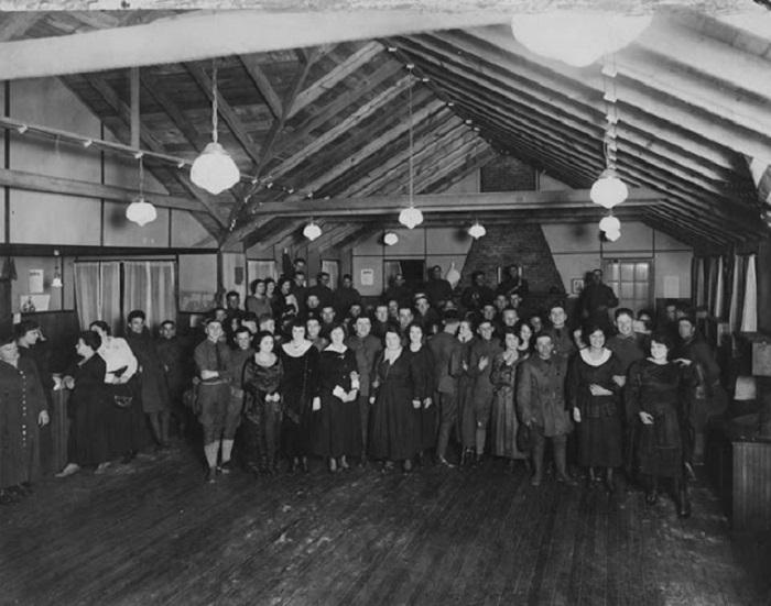 Женщины и солдаты на мероприятии в лагере Raritan, 1920 год.