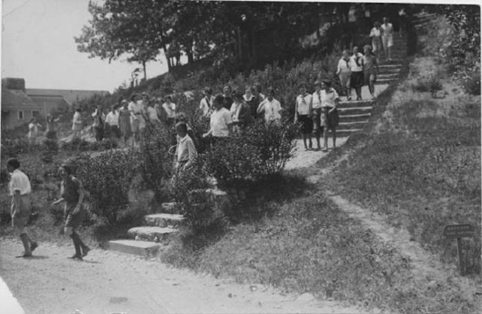 Прогулка в выходной день, 1920 год.