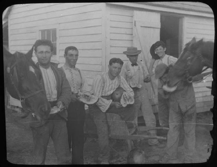 Рабочие после сбора арбузов.