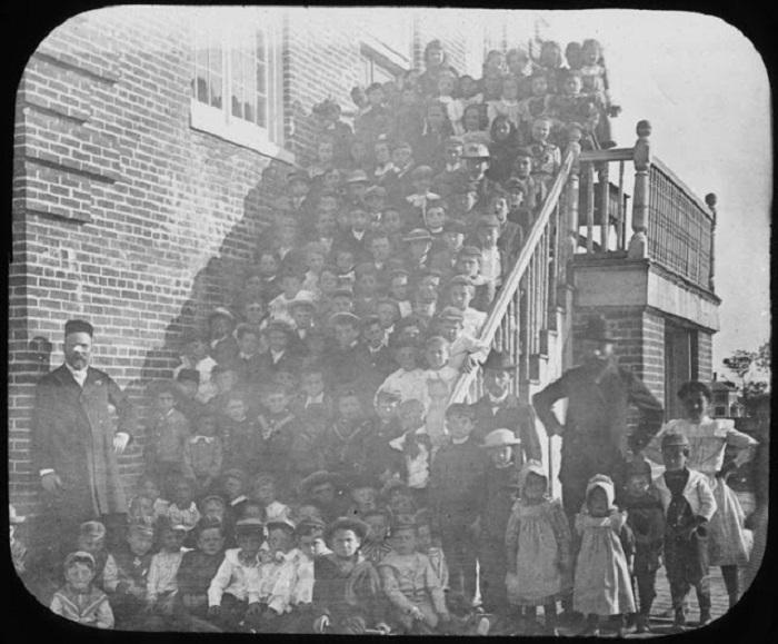 Общая фотография всех учеников младшей школы.