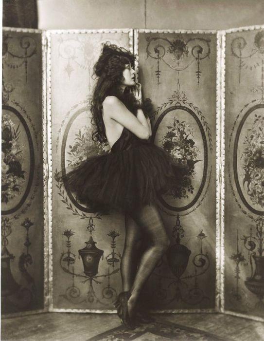 Унаследованный от родителей драматический талант, природная красота и брак со знаменитейшим актёром Джоном Бэрримором сделали «Богиню немого кино» первой звездой Голливуда 1920-х годов.