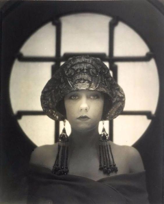 Эксцентричная и красивая Королева гламура сих пор считается одной из самых легендарных и непревзойденных актрис времен начала кинематографа.
