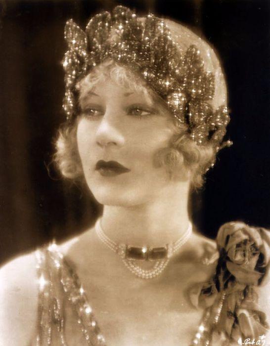 Появление звукового кино нанесло ощутимый удар по карьере актрисы, так как голос Хелен на пленке звучал плохо.