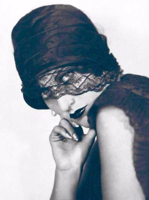 На протяжении своей актерской карьеры Кроуфорд была одной из самых высокооплачиваемых актрис Голливуда и удостоилась премии «Оскар» за главную роль в фильме «Милдред Пирс», снятом в 1945 году.