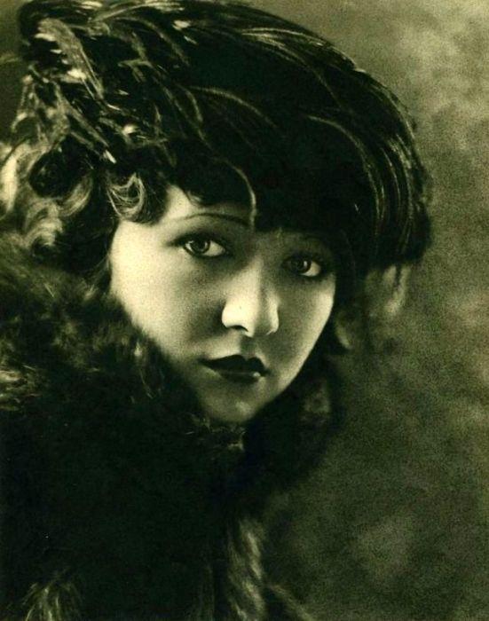 В период с 1921-го по 1930-й актриса была самой популярной звездой студии «Universal Pictures», где были сняты большинство фильмов тех лет с участием Лоры.
