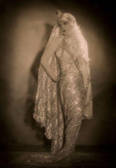 Актриса французского происхождения получила начальное образование в женском монастыре.