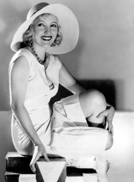 Актриса, настоящее имя которой Хуанита Хортон, начала сниматься в эру немого кино, а позже исполнила одну из главных ролей в первой звуковой картине, получившей «Оскар».