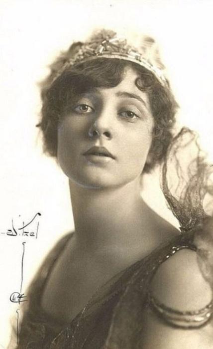 После съемок в фильме «Царица Савская» (1921 год), где актриса показала зрителю символически прикрытую невесомыми одеждами женскую фигуру, Бетти стали называть «иконой Ревущих двадцатых».