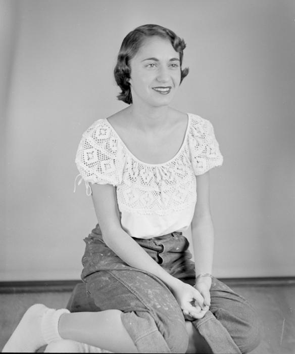 Модель в штанах и белой блузке, рукава которой напоминают фонарики.
