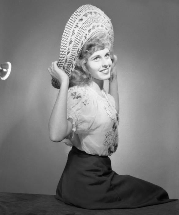 Вышитая блузка с рукавами фонариками великолепно смотрится на женщине.