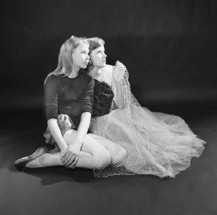 Девушки в сценичиских нарядах позируют перед фотографом.