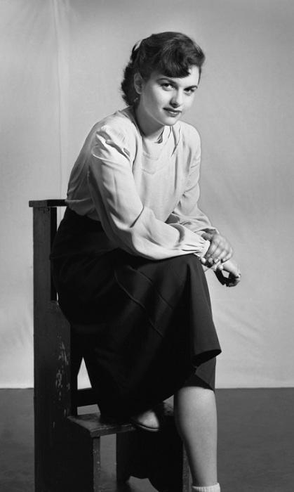 Мода 40-х годов предполагала минимализм, без какого-либо декорирования.
