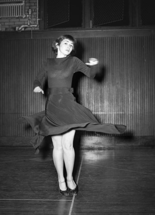 Платье с поясом и пышной юбкой при движении разлетается в разные стороны.