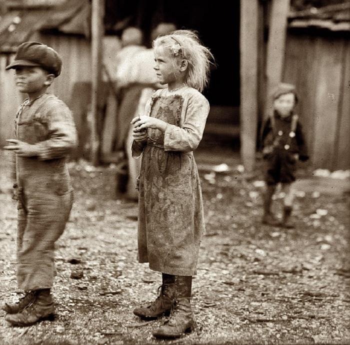 Девочка чистит устричные раковины, её рабочий день начинается в 4 утра (Порт-Ройял, Южная Каролина).