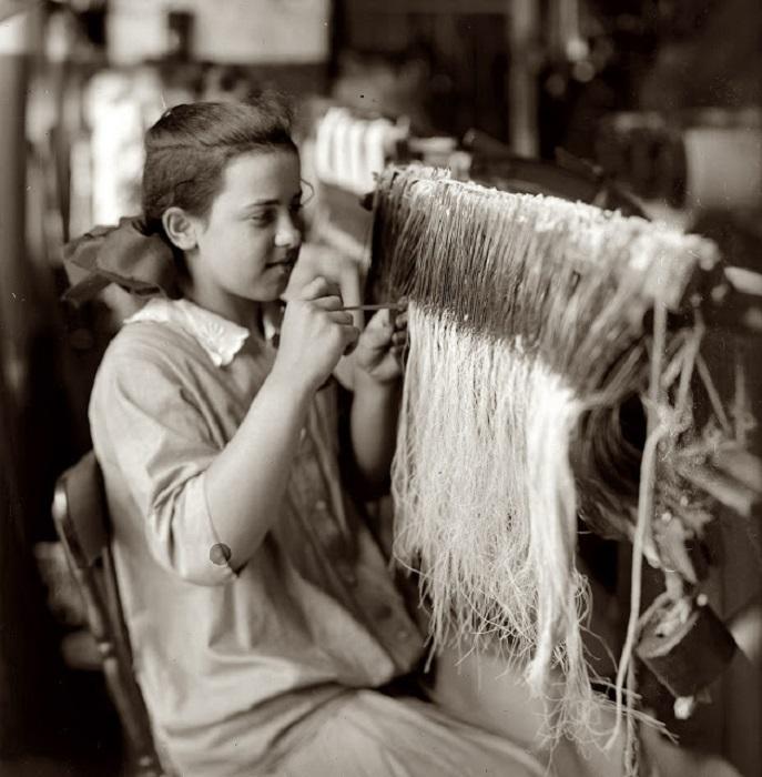 Получить место ткачихи на фабрике было большой удачей.