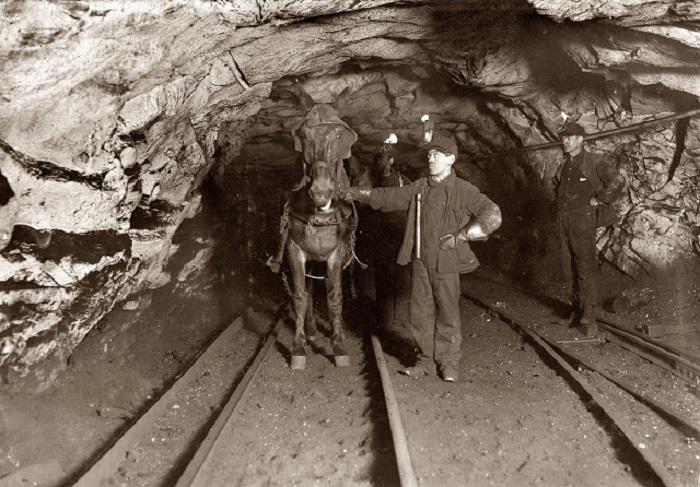 Некоторым детям приходилось работать и в шахтах...