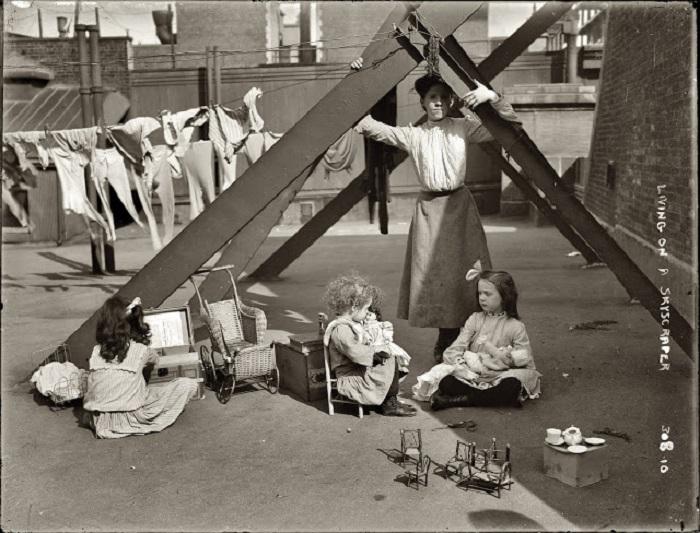 Присматривать за маленькими детьми - одна из разновидностей детского труда.