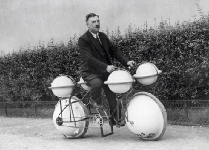 """Велосипед-амфибия, можно кататься и по земле и по воде, максимальная """"грузоподъемность"""" на воде 120 кг., (Франция, 1932)."""