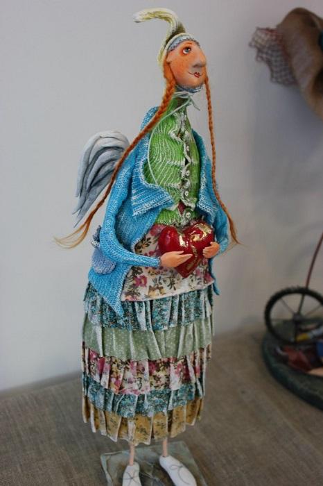 Ангел выполнена в смешанной технике из папье маше, льна, шелка, хлопка.