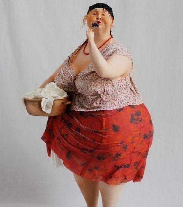 Рыжеволосая дева Маруся вдыхает аромат василька.