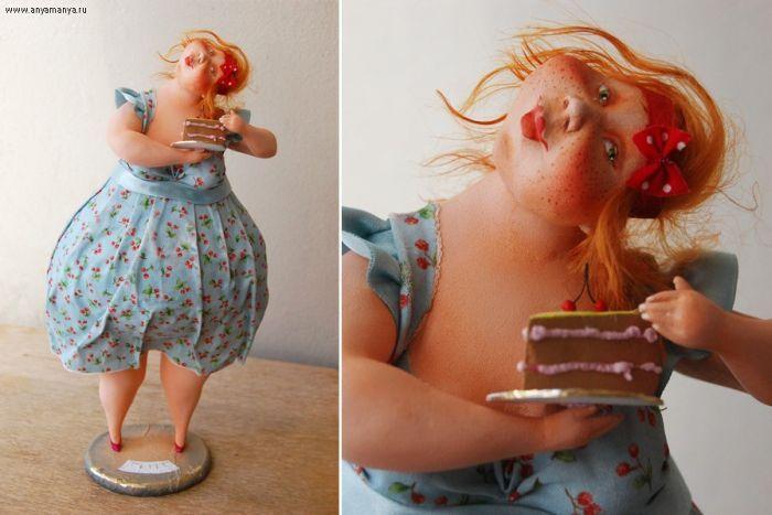 Сладкоежка стоит на весах и никак не готова отказаться от маленького кусочка тортика.