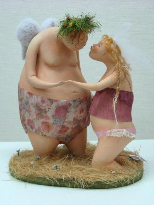 Симпатичные пухленькие фигуры влюбленных комично смотрятся вместе.