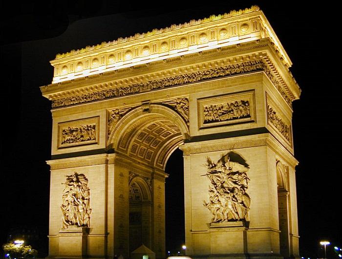 Арка построенная в центре Парижа на Площади Шарля-де-Голля.
