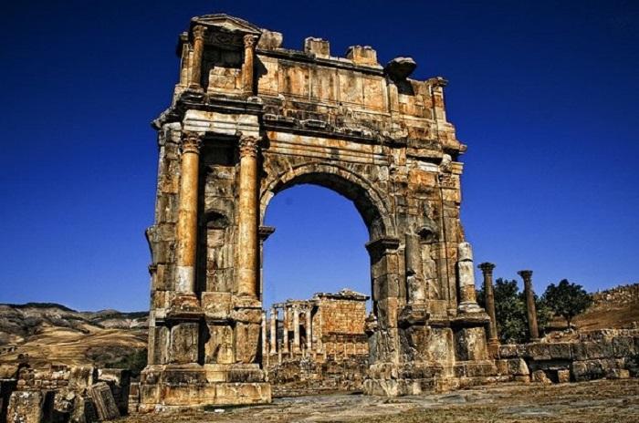 Арка построена римлянами в честь императора Каракаллы.