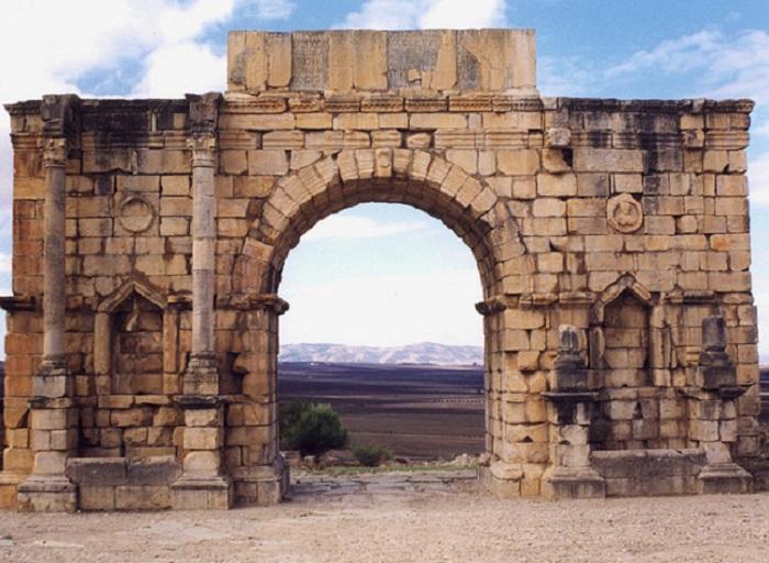 Мраморная арка возведена в честь императора Каракаллы и его матери, Юлии Домны.