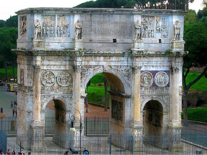 Арка Константина расположена рядом с Колизеем на древнем триумфальном пути.