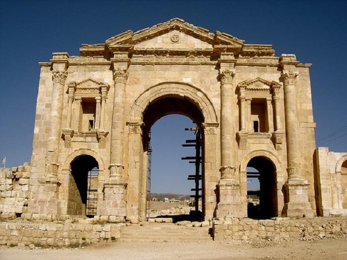 Трёхпролётная роскошная триумфальная арка Джераша.