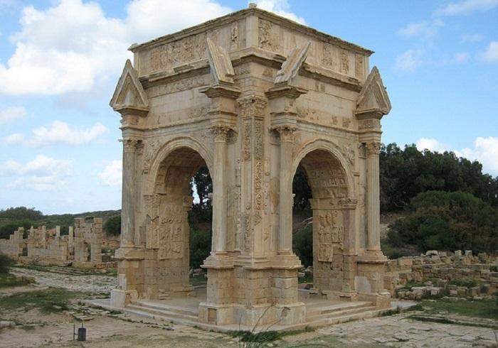 На центральной сцене арки изображено, как император Луций Септимий пожимает руки сыновей Каракалла и Гета.