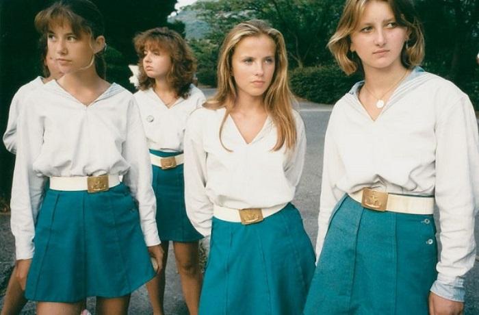 Девочки на отдыхе одеты в форму лагеря «Кипарисный».