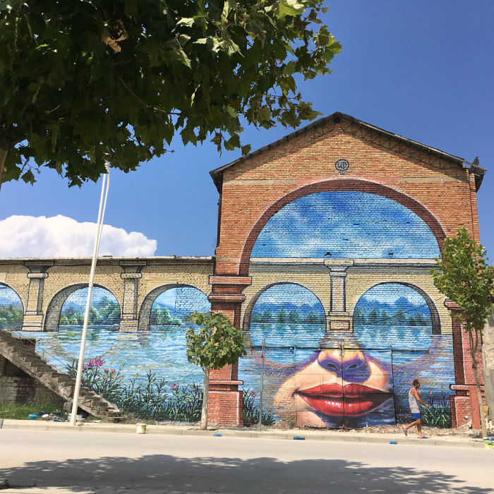 Завораживающий стрит-арт на улице города Ура Ваджгуроре, Албания (2018 год).